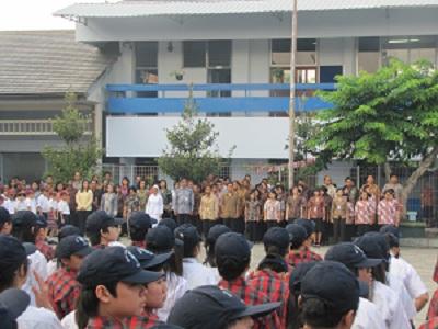 dengan upacara bendera bersama baik dari unit TK-SD-SMP maupun SMA