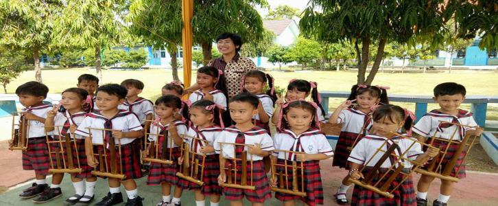 Melestarikan budaya bangsa (bermain angklung)