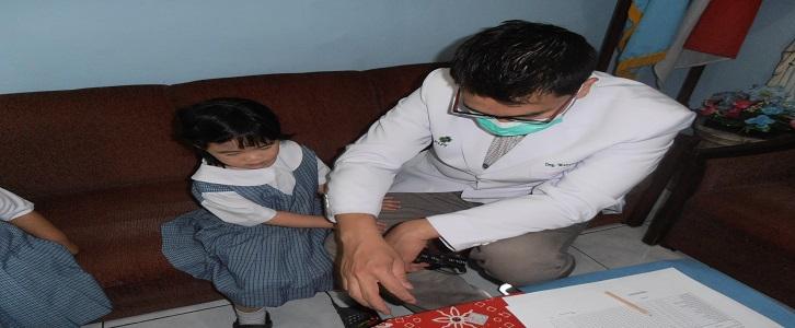 KB-TK Tarakanita 5 Mengadakan Pemeriksaan  Kesehatan secara rutin kepada Siswa oleh drg. Wahyudi