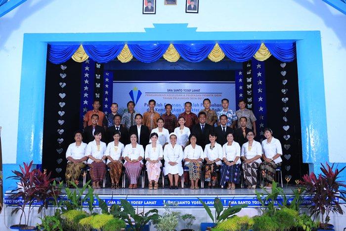 Foto bersama karyawan SMA Santo Yosef Lahat saat pelepasan siswa-siswi kelas XII