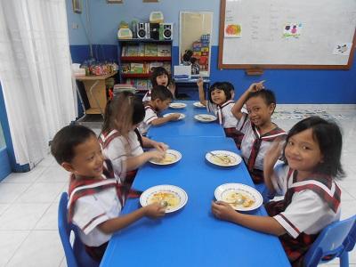 Tk Tarakanita 5 Jakarta Belajar Makan Bersama Dengan Menu
